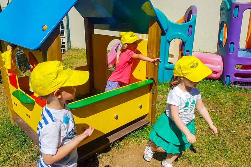 Bambini in giardino scuola materna seraphicum